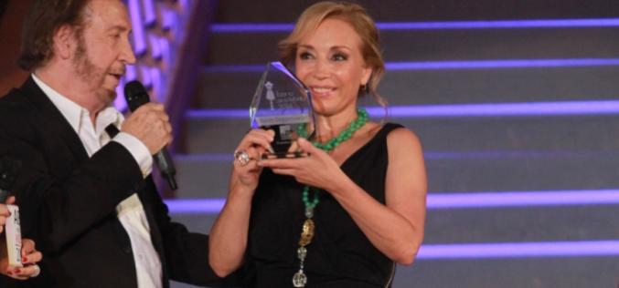 """Karen Doggenweiler y Diana Bolocco entre los """"Íconos de la Moda 2014"""""""