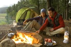 Nutricionista entrega menú saludable para comer en un camping