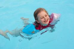 Piscinas y niños: la importancia del chaleco salvavidas