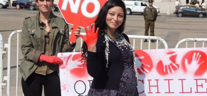 """Jóvenes contra el aborto realizaron intervención urbana y """"mancharon sus manos de sangre"""" para interpelar a los parlamentarios"""