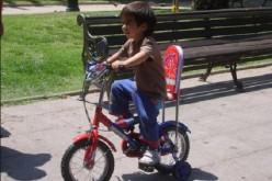 Jóvenes reciclan bicicletas para regalar en el día del niño