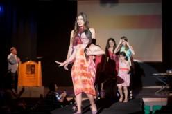 Jóvenes con capacidades diferentes realizan desfile de moda