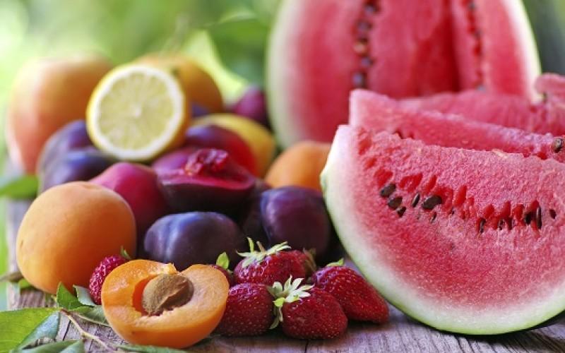 Beneficios de comer fruta en verano