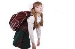 Cuidado con las mochilas pesadas para tu hijo