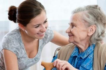 ¿Eres cuidador de un adulto mayor? Actividad gratuita entregará pautas para esta tarea