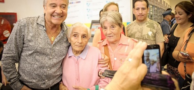 Adultos mayores disfrutaron junto a su ídolo en Temuco