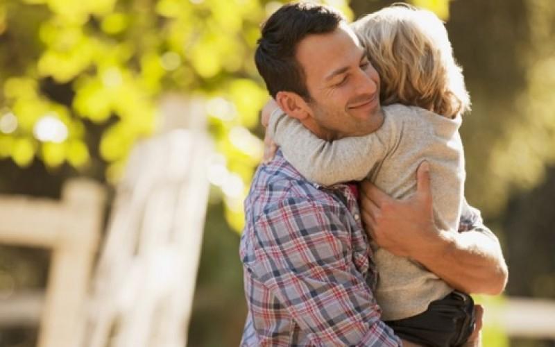 4 abrazos diarios para sobrevivir, 8 para mantenerse y 12 para ser feliz