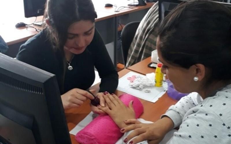 Emprendedoras de Puente Alto se reinventan con curso de manicure